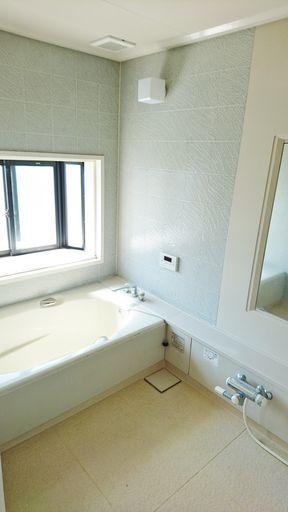 洗い場広々 浴室窓あり