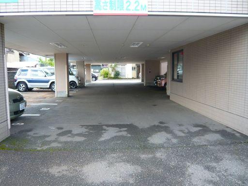 ピロティー駐車場