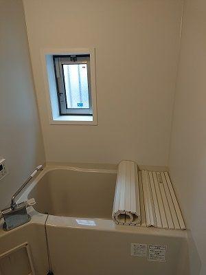 窓のあるバスルーム