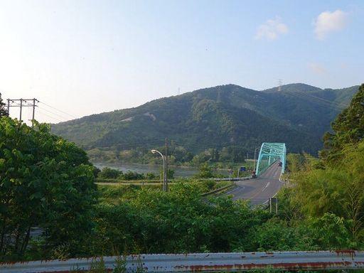 前面道路から正面の眺望(馬下橋)