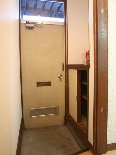 玄関に下駄箱有ります。