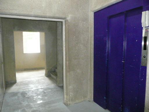 エレベーターと階段