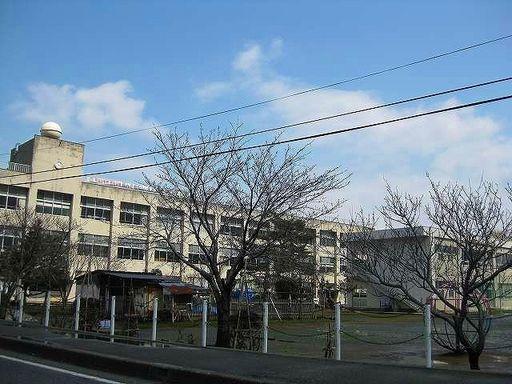 高志小学校 950m