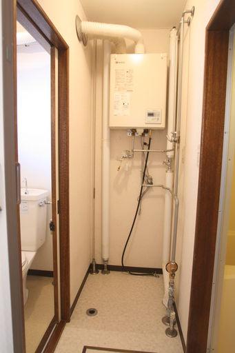 壁掛灯油ボイラー・洗濯機スペース