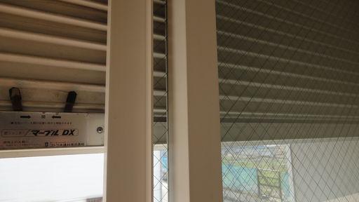 シャッターと針金入り窓